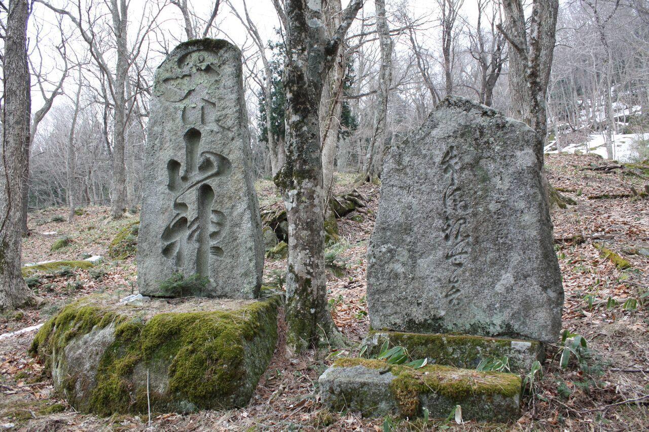 山神社・市之助の墓.jpg